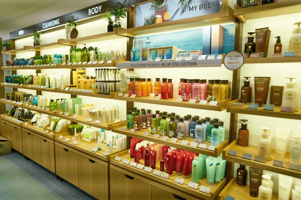 Nhân viên bán mỹ phẩm ở cửa hàng