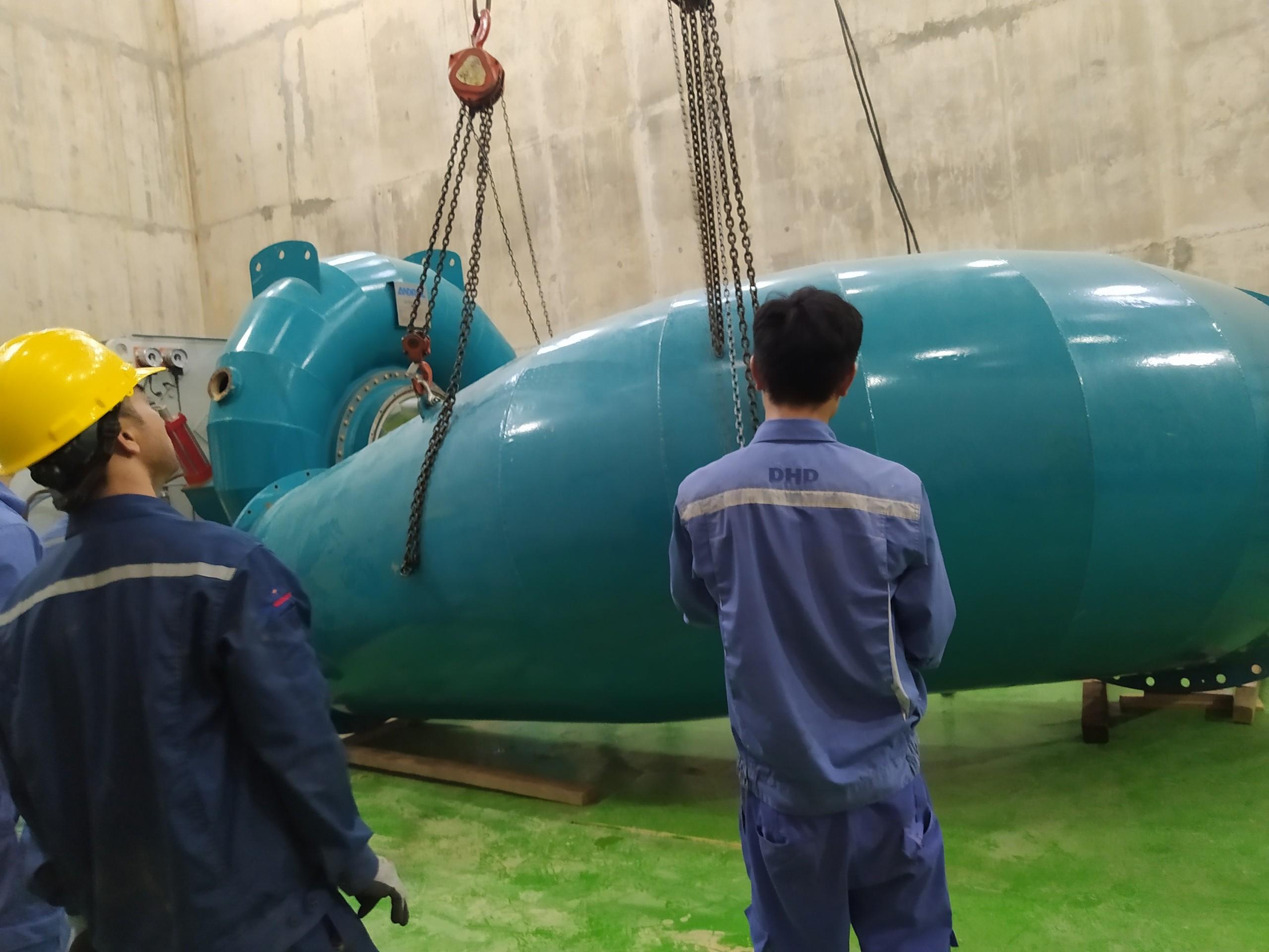 Nhân viên vận hành và sửa chữa nhà máy Thủy Điện
