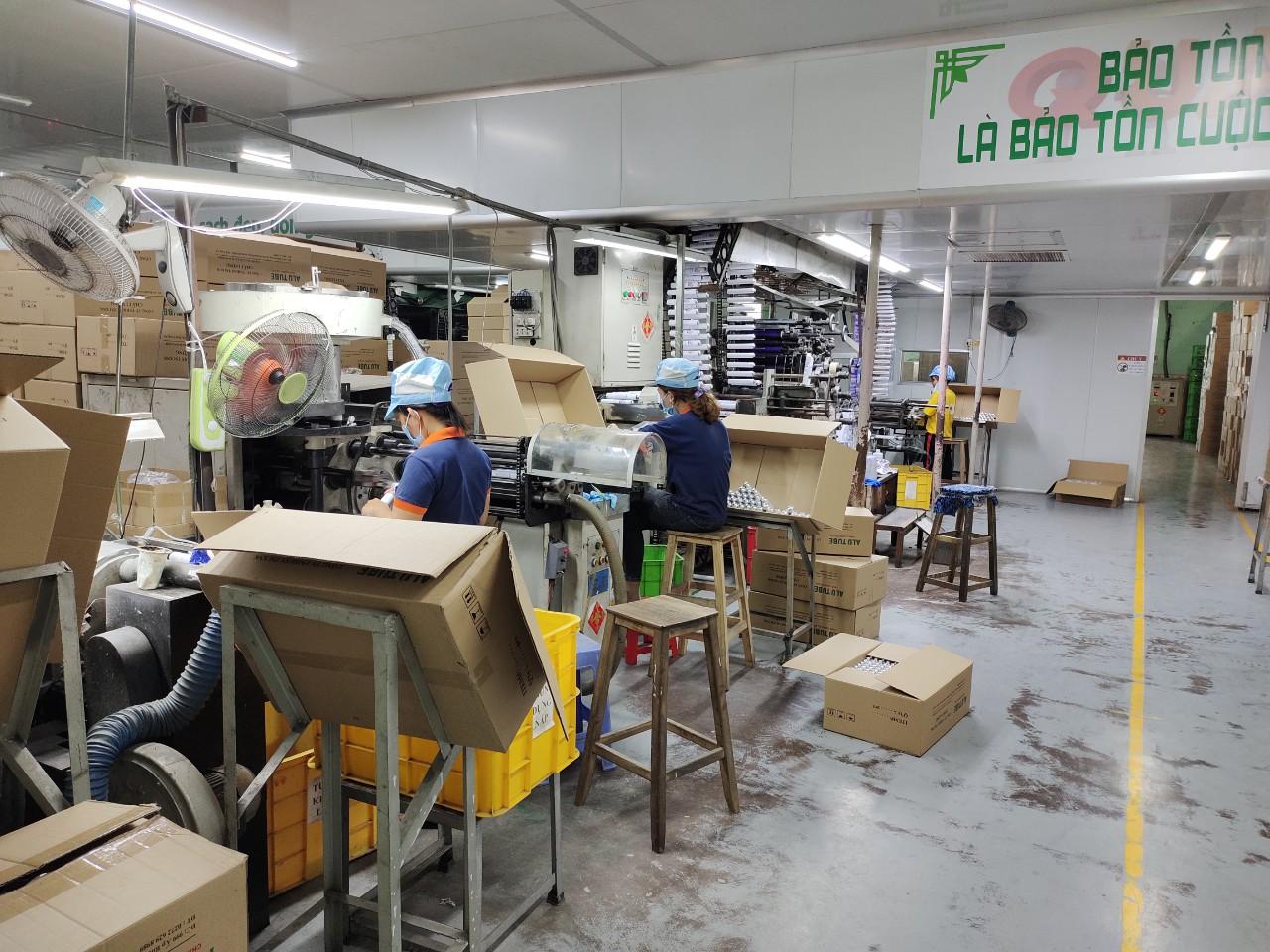 Nhân viên đưng máy sản xuất tuýt nhôm